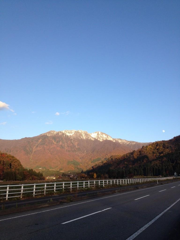 霊峰 八海山に初雪が降りました。